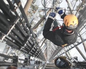Climbing DAS Tower_STOCK